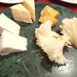 48271971 - カマンベール2種にテット・ド・モアンヌ、ブルーチーズの盛り合わせ!                       黄色味が強いブルーチーズが超濃厚!!