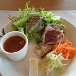 クチーナ ハセガワ - スープとサラダのワンプレート。優しい深みのあるスープがおいしかった