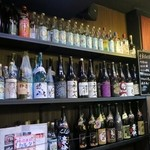 エナブ - キンミヤのボトルが並ぶ店内