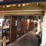 Dining TABI - 石張りの路地の奥にはおしゃれな店が軒を連ねていたのだ