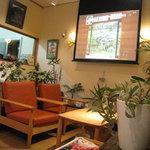 万寿庵 - 大型スクリーンでテレビ鑑賞もできます
