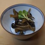 天ぷら 京星 - お通し (牛蒡 と しめじ のキンピラ)