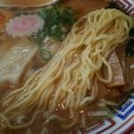 かもめ食堂 - 透明感の無い 黄色い細麺