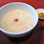 48287159 - 海鮮粥(1000円)海老や帆立(小柱?)等がたっぷりで美味しいです。麦もいいアクセントになってます