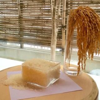 すし専用米+天然水=旨い飯。旨い飯+特選酢=こだわりのシャリ