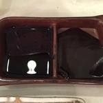 48293972 - ソースは専用の皿に入れるので何度漬けでもOK!
