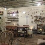 BOWLS cafe - フレンチ・カントリーのナチュラル感がかわいい店内2