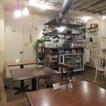 BOWLS cafe - フレンチ・カントリーのナチュラル感がかわいい店内1