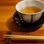 きさらぎ - ドリンク写真:焙じ茶で待つ