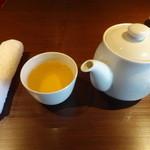 48299133 - おしぼり、お茶