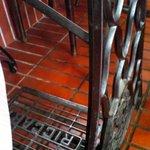 BrasserieTOURS - 足踏みミシンを利用したテーブル