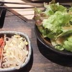 藤栗ホルモン - キムチとサラダ