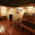 居酒屋ドリトル - 漆喰の壁と桧の床が落ち着いた雰囲気を醸し出しています。