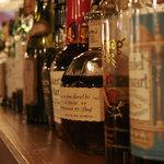 居酒屋ドリトル - カウンタの上には、洋酒の瓶が並んでいます。