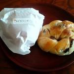 花ぞのパン工房 - 料理写真:大人気エビカツバーガー120円&レーズンパン80円