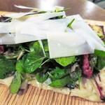 コテ・フー - サラダのタルトフランベ ハーブのサラダとドライトマト パルメザンチーズ ハーフサイズ