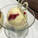 椿サロン - いちごのコンフィチュールのバニラアイス