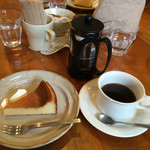 TEA ROOM Yuki Usagi - フレンチプレスコーヒー、580円。ベイクドチーズケーキ、450円。セットで、100円引き、930円。