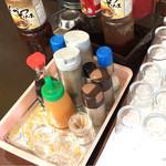 ひばり食堂 - お水サーバーの場所に薬味類があります。