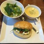 グルメカフェ六甲 - サンドイッチセット (トマトとクリームチーズのバジルサンド) パンはフォカッチャをチョイス