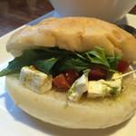 グルメカフェ六甲 - トマトとクリームチーズのバジルサンドUP (パンはフォカッチャ)