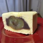 大吾 - 一粒栗の周りには小豆餡。それを包んでいるのが黄身餡と白餡の上品な餡。