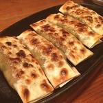 虎萬金 - 料理写真:鉄鍋餃子