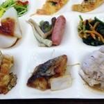 48352315 - 左上から右に、豆苗とパプリカのサラダ、ピザ2品、ふろふき大根、ふきとタケノコの煮物、ウインナーソーセイジ、小松菜と人参の煮びたし、チキンのフライ、鯖の甘酢あんかけ、豚しゃぶ