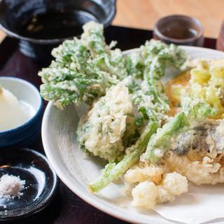 地場の新鮮な野菜は天ぷらに