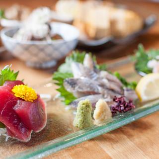 旬のお刺身と和食に、新鮮な野菜の煮物や天ぷら。