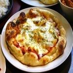 多国籍酒場SITA - 当店オリジナルのナンの生地で焼いたナンピザです!ぜひ一度はご賞味ください
