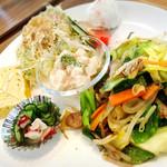 エムズプレイス - 野菜と豚バラの塩炒め       付け合せ野菜       ポテトサラダ       たくあん       タコときゅうりの酢の物       コロコロ大根サラダ       だし巻き玉子