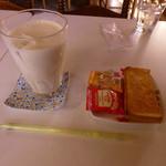 メリィ・B - 料理写真:バナナジュースとサービス