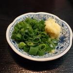 Shureisoba - 中身そばにはネギと生姜が付くようです