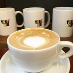 トリックスター コーヒー - カフェラテ400円。たっぷりの量です。
