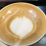 トリックスター コーヒー - ナニゲにラテアートが施されてあります。 私には早春だからかチューリップのつぼみに見えました♪
