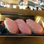 マグロの大海屋 - 料理写真:トロ握りたて