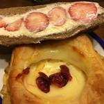 パンハウス - 料理写真:イチゴのカスタードホイップサンド&バニラクリーム♬