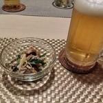 たび屋 - 生ビールとつきだし。砂肝を和えたモノでした