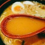 海海らーめん - 辛味噌を溶かしたスープ