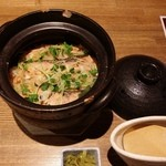 48395251 - 鮭の炊きたて土鍋ご飯。三つ葉があいます。土鍋は欠けが目立ちます。大事に扱ってね。土鍋の蓋をおしぼりで開けてビックリ。