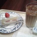 ドトールコーヒーショップ - ケーキセット~苺のショートケーキとアイスカフェラテの組合せ。(2016年3月)