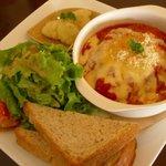 484000 - ハンバーグ のチーズとトマトのオーブン焼