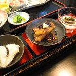 グルメ・きむら - 定食には小鉢が三鉢ついてくる。