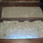 484885 - 廊下の床に砂が敷き詰められてます!