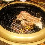 創作焼肉 神戸 牛乃匠 - カルビ(焼きあがり)