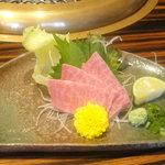 創作焼肉 神戸 牛乃匠 - 三角バラのお造り