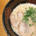ラーメンやまびこ - ラーメンはあっさりめのスープに、チャーシュー、ネギがトッピング(*^_^*)