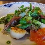 48402823 - ◆オードブル・・魚介のサラダ。                       スモークサーモン・炙り帆立・ホタルイカ・イクラなどがお野菜と共に盛られています。                       魚介は新鮮で美味しいですし、優しい味わいのドレッシングが合いますね。