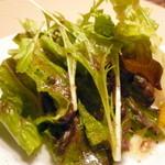 トマトラーメンと辛めん 三味 - ランチ(~17:00)サービスのサラダ